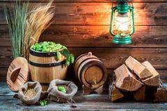 Kelder en ingrediënten voor eigengemaakt bier stock fotografie
