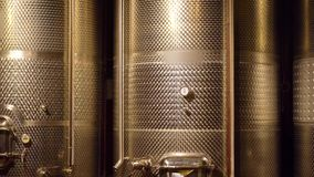 Kelder met wijnvatten stock videobeelden