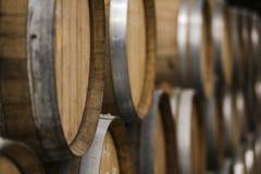 Kelder van houten vaten, wijn en bier stock foto's