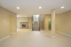 Kelderverdieping met steenopen haard Royalty-vrije Stock Foto