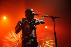 Kele Okereke, βασικός τραγουδιστής και κιθαρίστας ρυθμού του ανεξάρτητη δισκογραφική εταιρία Κόμματος ομάδων ορχηστρών ροκ. Στοκ Φωτογραφία