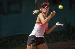 Kelia le Bihan spel met kracht bij internationale tennistoernooien royalty-vrije stock afbeelding