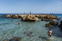 KELIBIA, ТУНИС: местные люди наслаждаясь жизнью пляжа в лете Стоковая Фотография RF