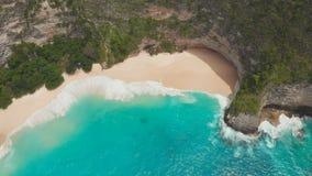 Kelingking海滩美好的观点在珀尼达岛海岛,巴厘岛,印度尼西亚 寄生虫视图 股票录像