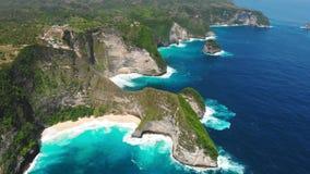 Kelingking o la manta abbaia con la spiaggia e l'oceano blu su Nusa Penida Siluetta dell'uomo Cowering di affari video d archivio