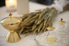Kelk en de oren van tarwe over een altaar in kerk met cru stock afbeeldingen