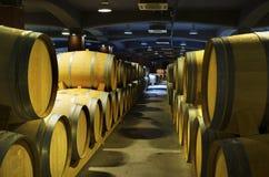 Keller mit Reihen von Weinfässern in einer bulgarischen Weinkellerei Selektiver Fokus Lizenzfreie Stockbilder