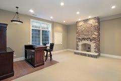 Keller mit Ziegelsteinkamin Stockbilder