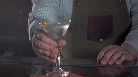 Kellner bei der Arbeit, Cocktails vorbereitend Strömender Margarita zum Cocktailglas Konzept über Service und Getränke olive stock video