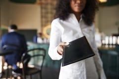 Kellner-In Busy Cocktail-Bar des Restaurants mit Kunden an der Kamera stockfotografie