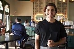 Kellner-In Busy Cocktail-Bar des Restaurants mit Kunden an der Kamera lizenzfreie stockbilder