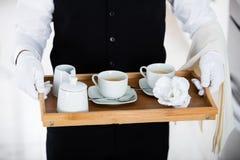 Kellner Carrying Coffee Set Lizenzfreie Stockfotos