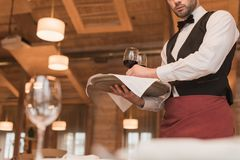 Kellner, der Behälter mit Weingläsern hält Stockbilder