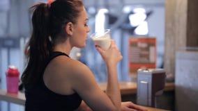 Kellner in der Eignungsmitte geben der jungen dünnen Schönheit Proteindrink stock footage