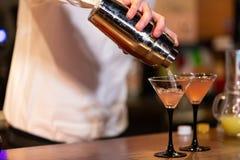 Kellner, der ein Cocktail vorbereitet stockfotografie