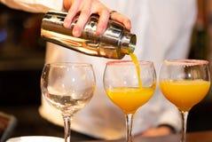 Kellner, der ein Cocktail vorbereitet stockfotos