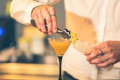 Kellner, der ein Cocktail vorbereitet lizenzfreies stockfoto