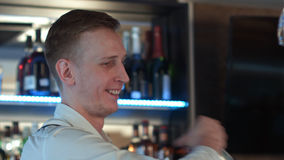 Kellner, der ein Cocktailgetränk gießt Stockbilder