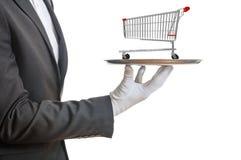Kellner, der eine silberne Servierplatte mit einer leeren Einkaufslaufkatze, auf weißem Hintergrund hält Abbildung 3D Stockbilder
