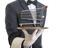 Kellner, der eine silberne Servierplatte mit einer leeren Einkaufslaufkatze, auf weißem Hintergrund hält Abbildung 3D Lizenzfreie Stockfotografie
