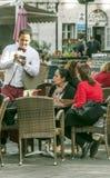 Kellner, der eine Tabelle dient Lizenzfreie Stockfotografie