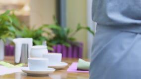 Kellner, der Kaffee und Nachtisch auf Tabelle, Qualitätsservice im Restaurant setzt stock video footage
