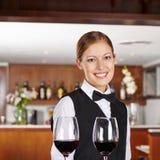 Kellner, der Rotwein im Restaurant dient lizenzfreies stockbild