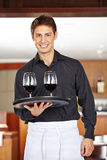 Kellner, der Rotwein im Restaurant dient stockbilder