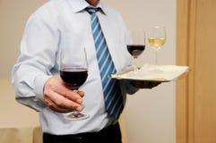 Kellner, der Wein gibt Stockfotos