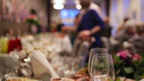 Kellner, die Tabelle in einer Hochzeitszeremonie für Gäste und eine Braut und ihr Bräutigam dienen stock video