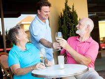 Kellner dient den Wein stockbild