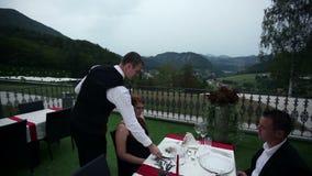 Kellner diente Abendessen zu den reizenden Paaren auf Datum stock video footage