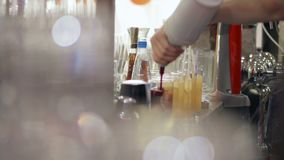 Kellner gießt Cocktails in den Gläsern auf dem Barzähler stock footage