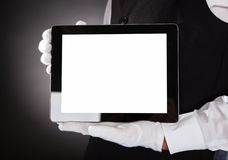 Kellner Holding Digital Tablet Lizenzfreie Stockfotos