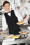Kellner Holding Pasta Dish Stockfotografie