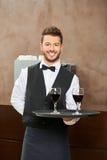 Kellner im Rotwein der einheitlichen Umhüllung lizenzfreie stockfotografie