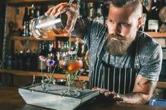 Kellner macht Cocktail lizenzfreies stockfoto