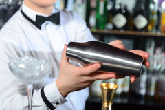 Kellner macht geschmackvolle Cocktails lizenzfreies stockbild