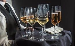 Kellner mit Behälter von Getränken lizenzfreies stockfoto
