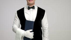 Kellner mit einem Menü und einem Tuch stock video footage