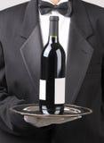 Kellner mit Rotwein-Flaschen-Leerzeichen-Kennsatz stockbilder