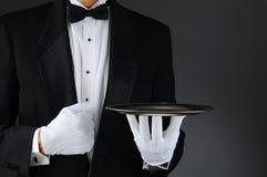 Kellner mit silbernem Tellersegment Stockbild