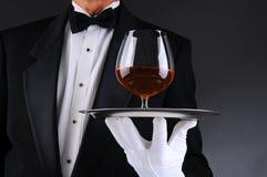 Kellner mit Weinbrand-Schallkanone auf Tellersegment Stockfotos
