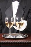 Kellner mit zwei Gläsern von Chardonnay stockfoto