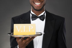 Kellner-Serving Meal In-Glasglocke Lizenzfreie Stockfotografie