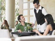 Kellner-Serving Wine To-Paare Lizenzfreies Stockfoto