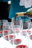 Kellner-strömender Wein Lizenzfreies Stockfoto