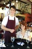 Kellner und glückliches costumer an der Gaststätte Lizenzfreie Stockfotografie