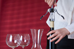 Kellnerinöffnungswein lizenzfreie stockbilder
