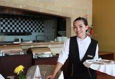 Kellnerin bei der Arbeit Stockfoto